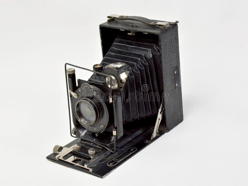 Cámara del vintage en negro en un fondo blanco fotos de archivo