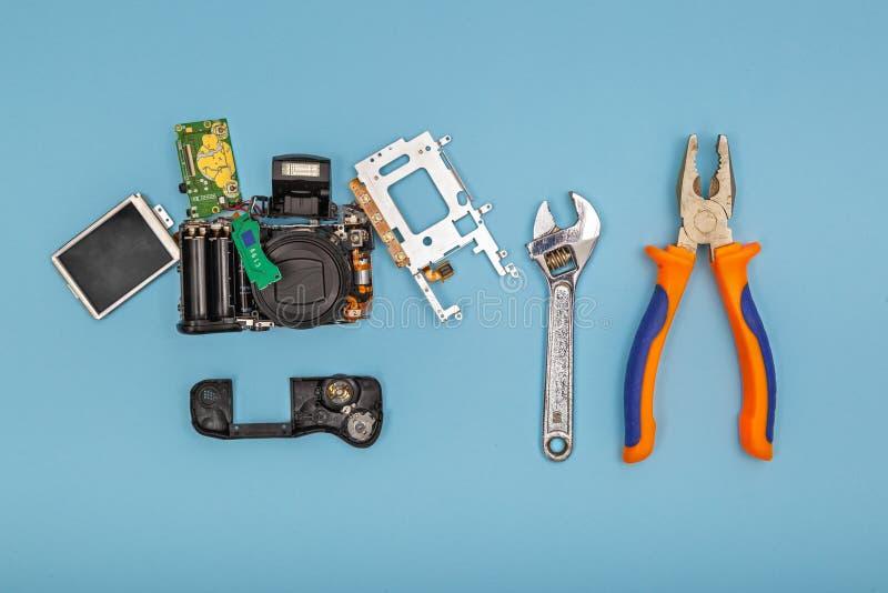 Cámara desmontada con las herramientas foto de archivo libre de regalías