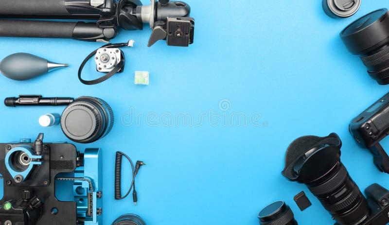 Cámara digital con las lentes y el equipo del pho profesional fotos de archivo libres de regalías