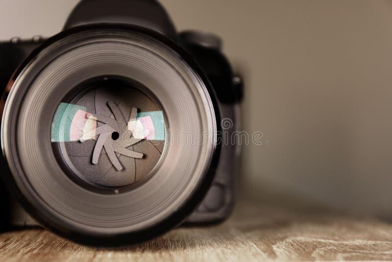 Cámara digital de fotógrafo profesional en la tabla foto de archivo