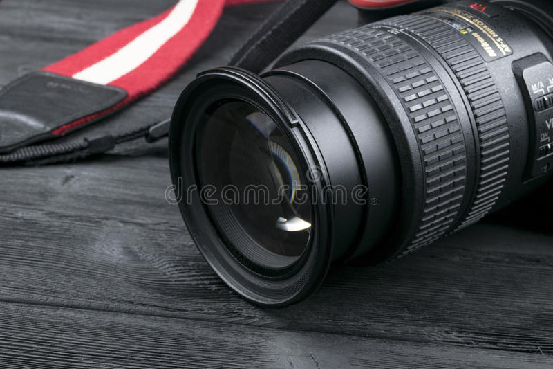 Cámara digital de Nikon D800 DSLR con la lente de Nikkor 24-120m m en fondo de madera negro fotos de archivo libres de regalías