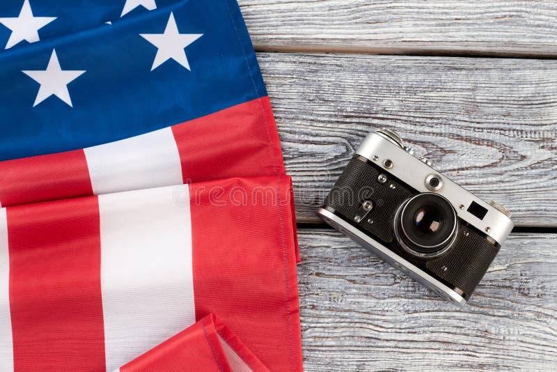 Cámara doblada de la bandera americana y de la película fotos de archivo libres de regalías