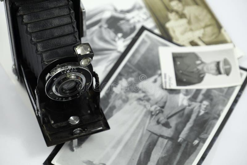 Cámara fotográfica antigua y fotos viejas fotos de archivo libres de regalías
