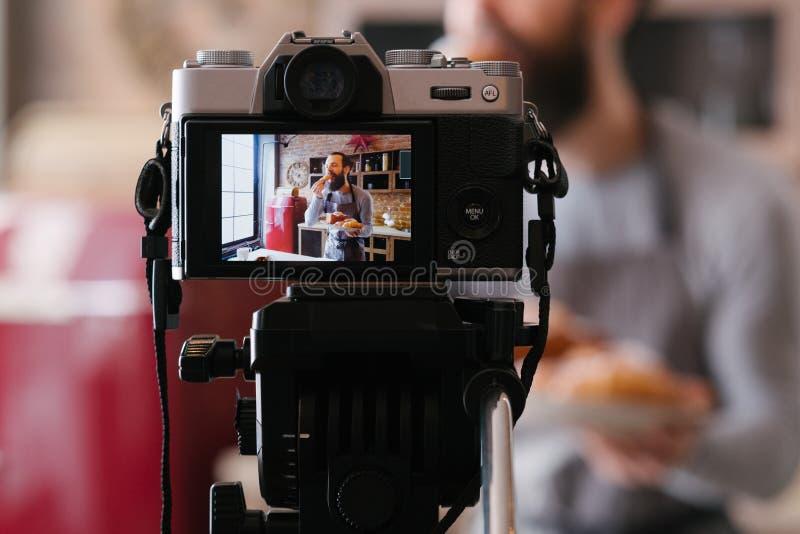Cámara hecha un podcast vlog culinario del negocio de la panadería del hombre imagen de archivo libre de regalías