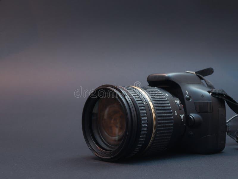 Cámara moderna de la foto del dslr en negro imágenes de archivo libres de regalías