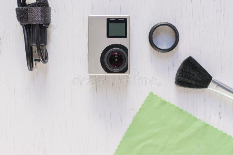 C?mara o lente de la acci?n de limpieza por microfibra en blanco imagen de archivo libre de regalías