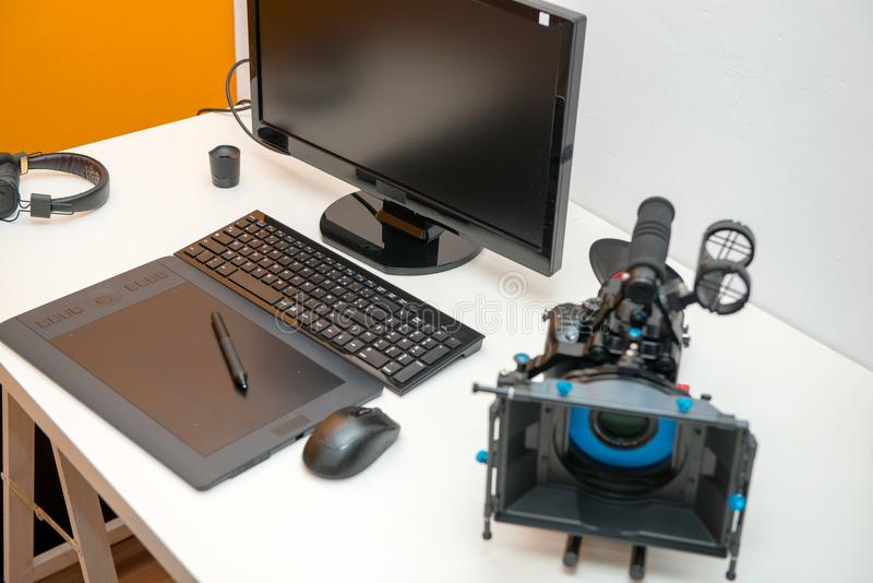 Cámara, ordenador y tableta para corregir video foto de archivo libre de regalías