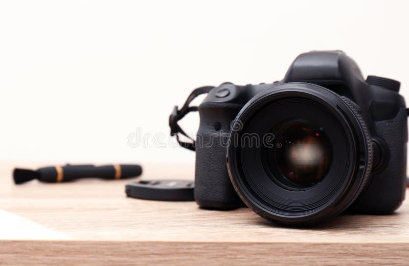 Cámara profesional en la tabla contra el fondo blanco, espacio para el texto foto de archivo libre de regalías