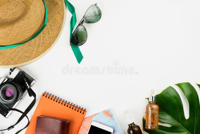 Cámara retra de la película, mapa, cuadernos, smartphone con la pantalla negra del copyspace, cosméticos, sombrero de paja y hoja imágenes de archivo libres de regalías