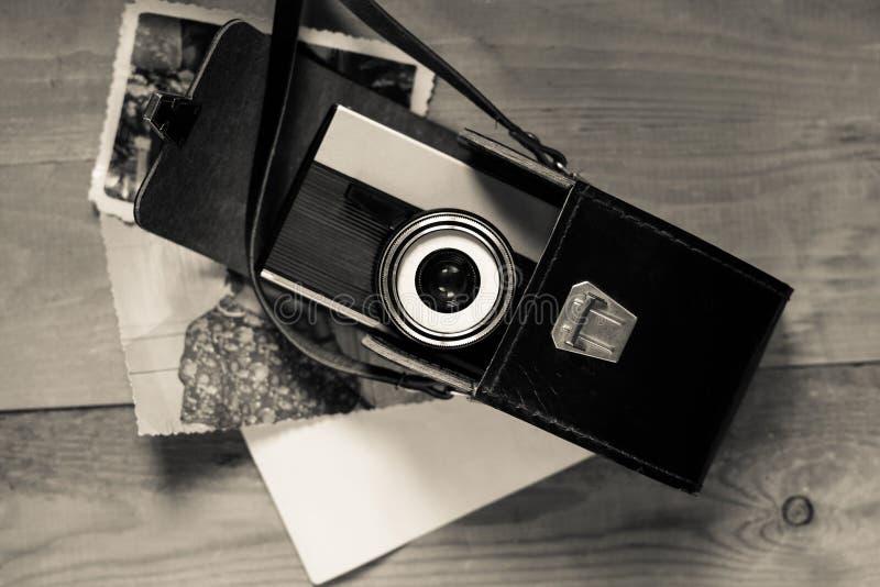 Cámara retra vieja del vintage en bolso de cuero negro con fotos de archivo