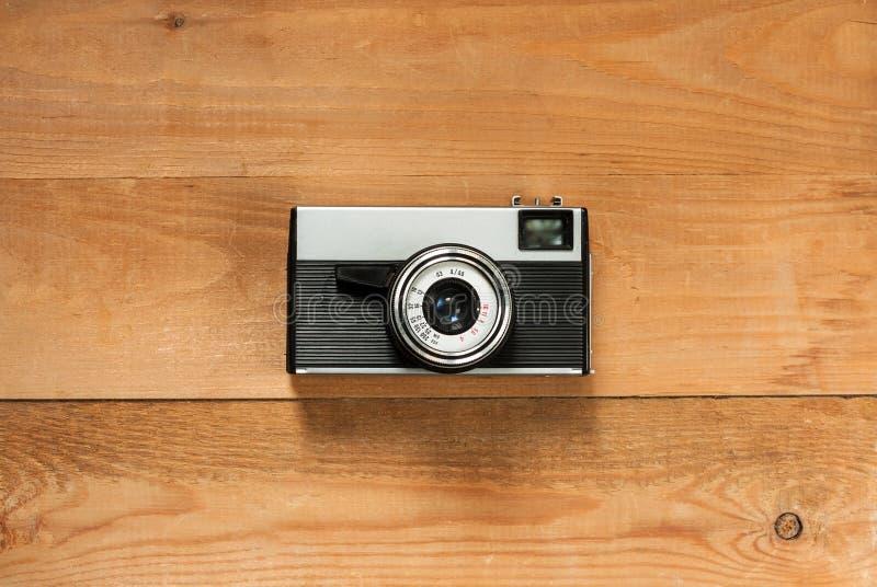 Cámara retra vieja del vintage en el tablero de madera de Brown fotografía de archivo