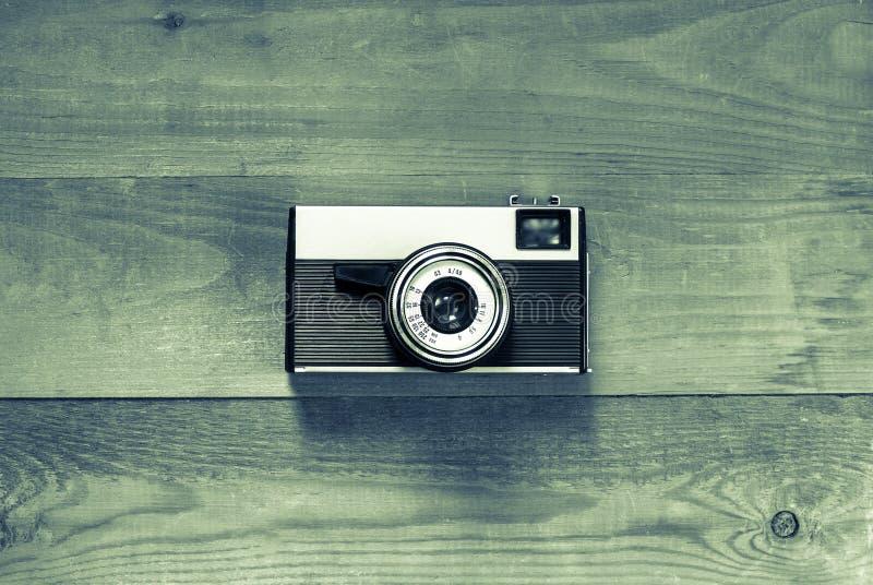 Cámara retra vieja del vintage en el tablero de madera de Brown foto de archivo