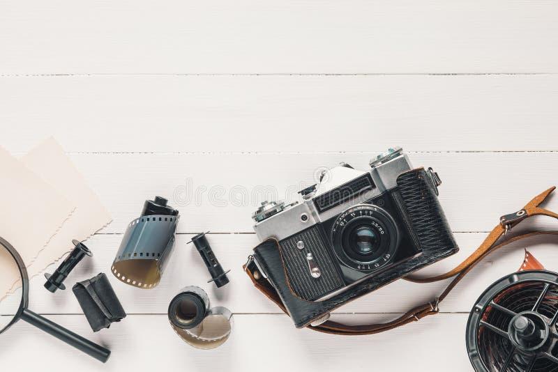 Cámara retra, viejos carretes de película de la foto, fotos vacías y lupa imágenes de archivo libres de regalías
