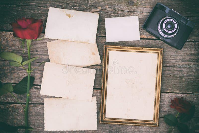Cámara retra y foto de papel inmediata vieja vacía imagen de archivo libre de regalías