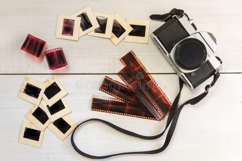 Cámara vieja con las negativas y la fotografía de las diapositivas foto de archivo libre de regalías