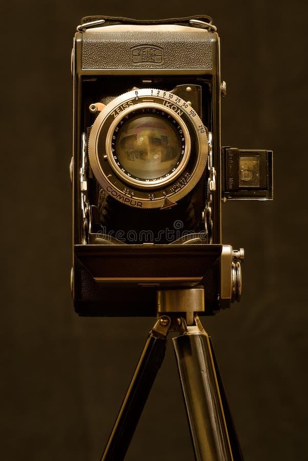 Cámara vieja del Zeiss-icono en el trípode foto de archivo libre de regalías