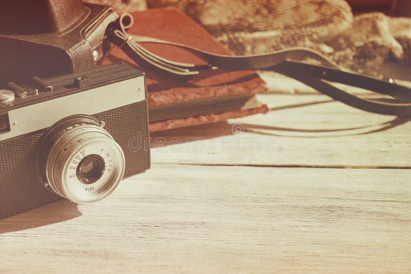 Cámara vieja retra con el phot de cuero negro del vintage del caso y del terciopelo imagen de archivo