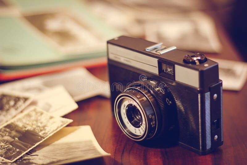 Cámara y libro del vintage en una tabla de madera fotografía de archivo libre de regalías
