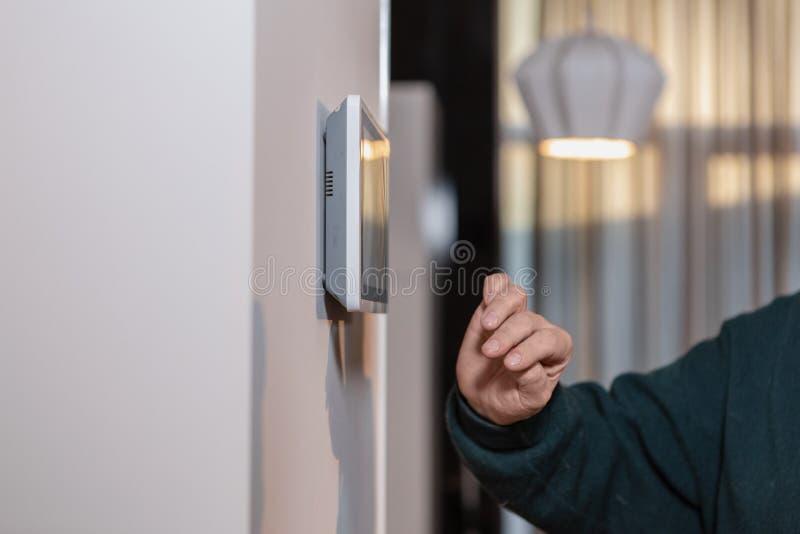 Cámaras CCTV en la pared Supervise la seguridad de un edificio de varios pisos o de una casa privada Agencia de seguridad fotos de archivo
