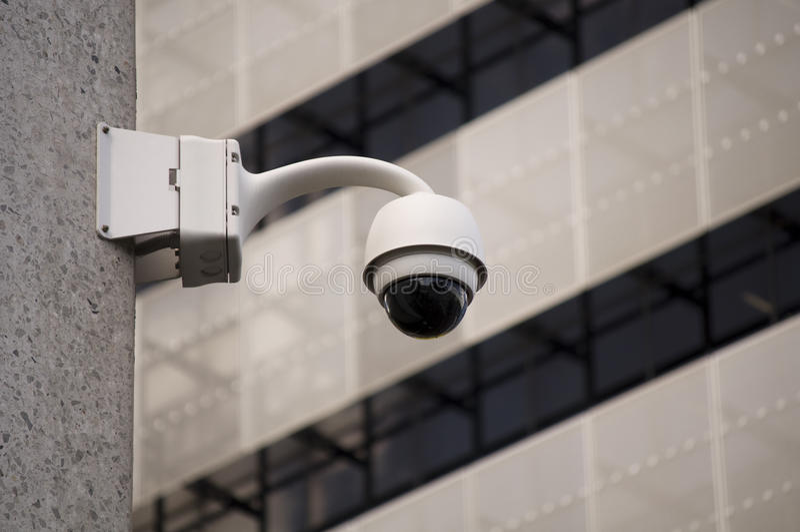 Cámaras de seguridad en la ciudad fotografía de archivo libre de regalías