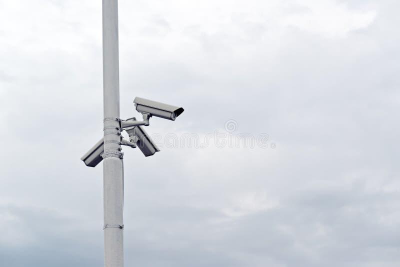 Cámaras de seguridad en los posts imágenes de archivo libres de regalías