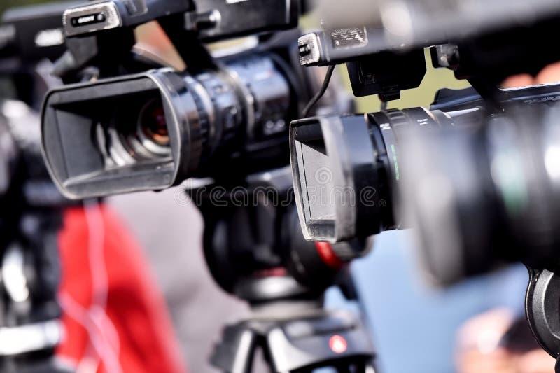 Cámaras de televisión que difunden evento mediático fotos de archivo libres de regalías