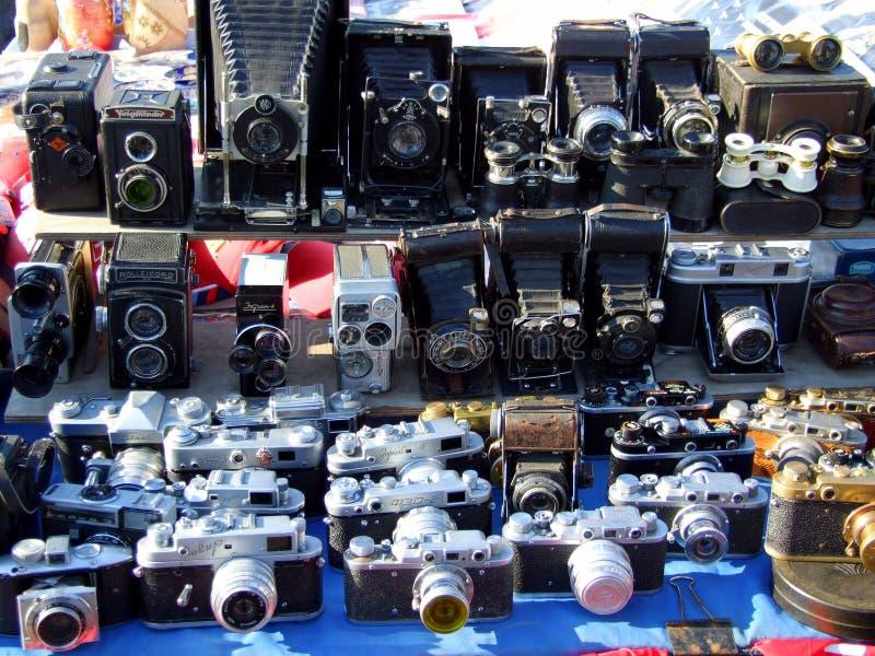 Cámaras pasadas de moda en soporte del mercado imagen de archivo
