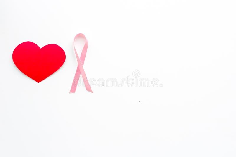 Cáncer de pecho Concepto del Mammalogy Cinta rosada simbólica cerca de la muestra del corazón en el espacio blanco de la copia de imágenes de archivo libres de regalías