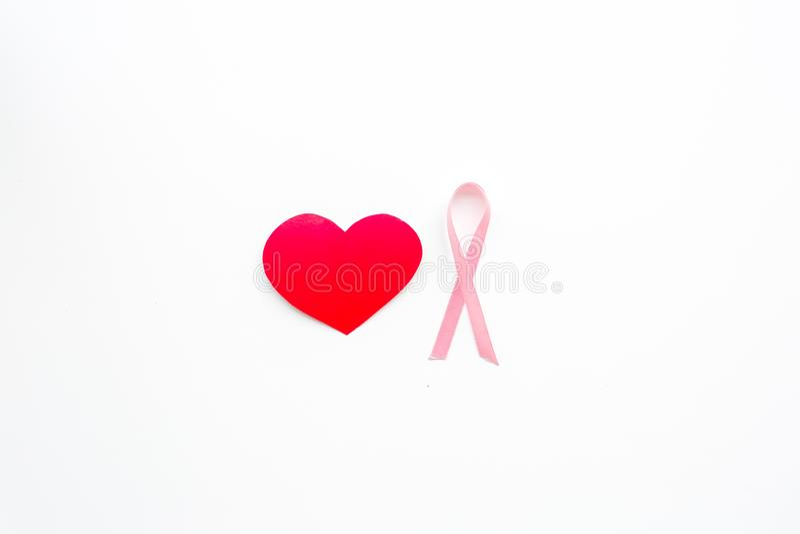 Cáncer de pecho Concepto del Mammalogy Cinta rosada simbólica cerca de la muestra del corazón en el espacio blanco de la opinión  fotografía de archivo