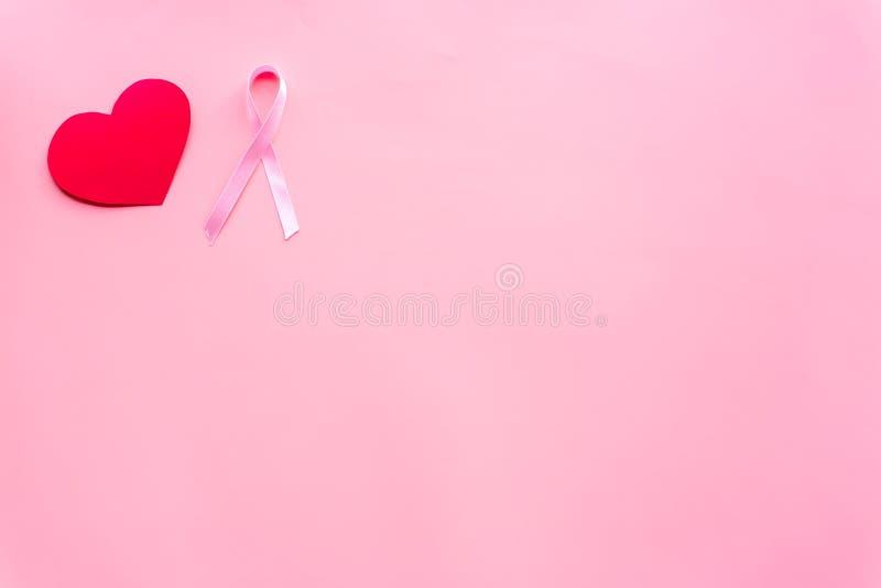 Cáncer de pecho Concepto del Mammalogy Cinta rosada simbólica cerca de la muestra del corazón en espacio de la copia de la opinió imágenes de archivo libres de regalías