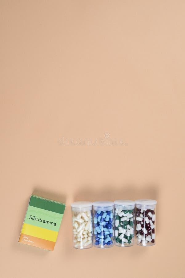 cápsula colorida da medicamentação na caixa plástica transparente da medicina do recipiente de armazenamento - conceito da medici imagem de stock