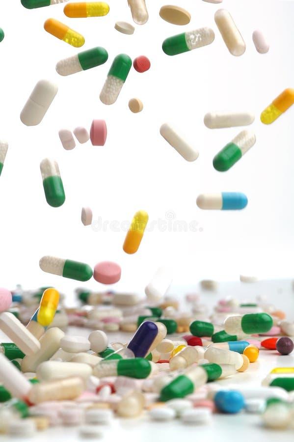 Cápsulas de caer colorida de los remedios fotografía de archivo