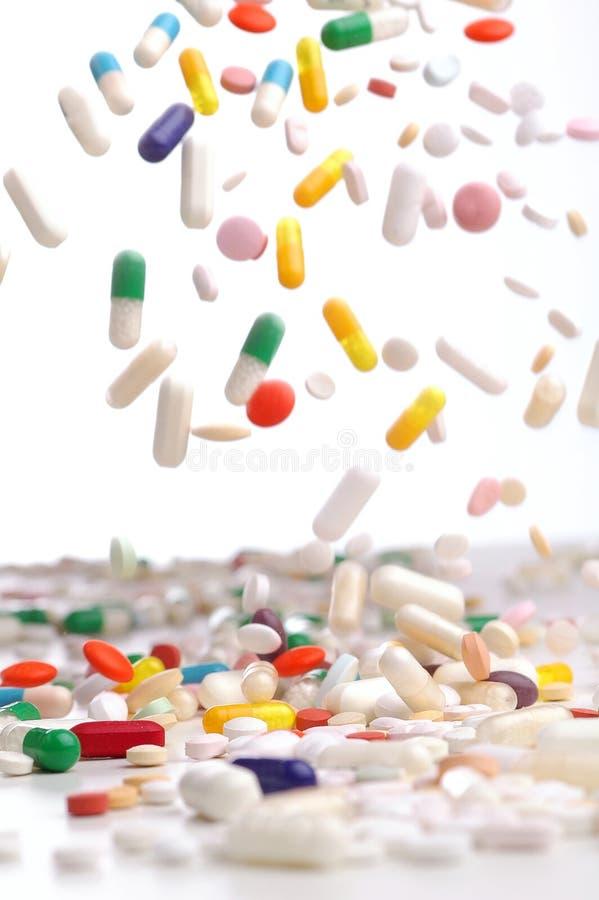 Cápsulas de caer colorida de los remedios imagen de archivo libre de regalías