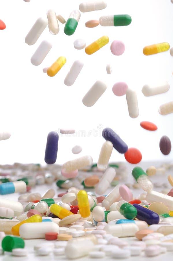 Cápsulas de caer colorida de los remedios fotografía de archivo libre de regalías