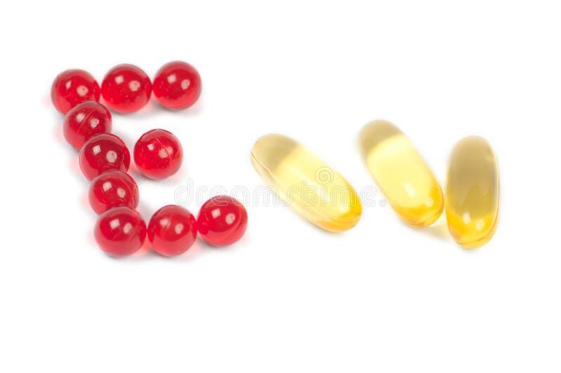 Cápsulas do óleo de fígado da letra e de bacalhau da vitamina e imagens de stock royalty free
