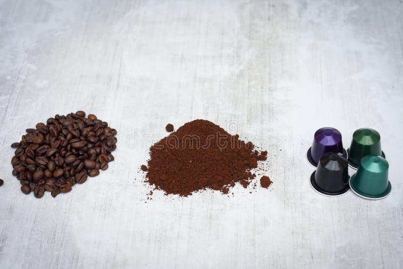 Cápsulas do café do café, vagens e feijões de café imagem de stock royalty free