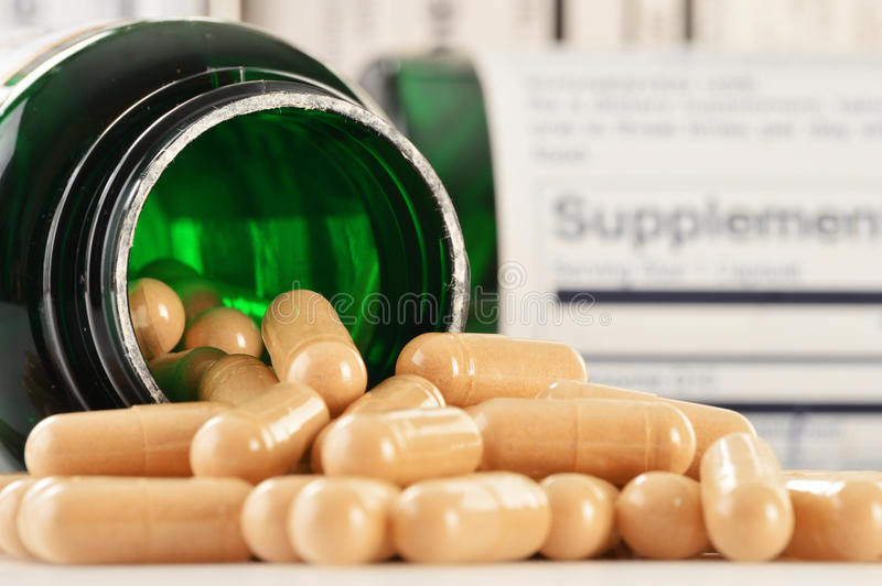 Cápsulas do suplemento dietético. Comprimidos da droga imagens de stock royalty free