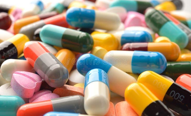 Cápsulas y tabletas de las píldoras como medicina fotos de archivo