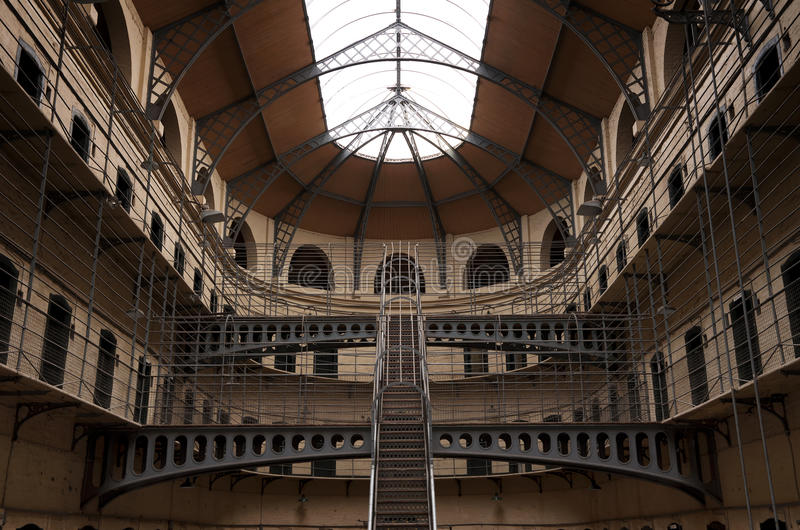 Cárcel de Kilmainham con las celdas de prisión en Dublín imagenes de archivo
