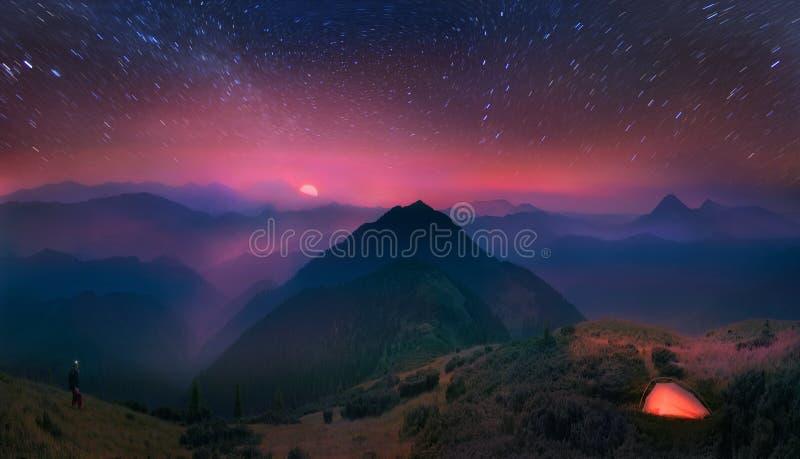 Cárpatos, la luna y estrellas en el fondo imagen de archivo libre de regalías