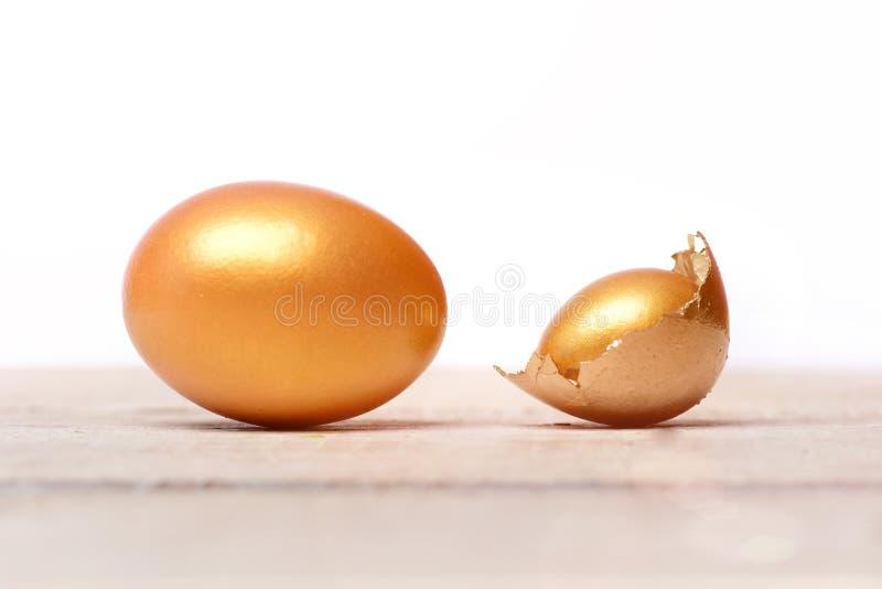 Cáscara de huevo de oro quebrada de pascua, vida futura, lujo y éxito foto de archivo