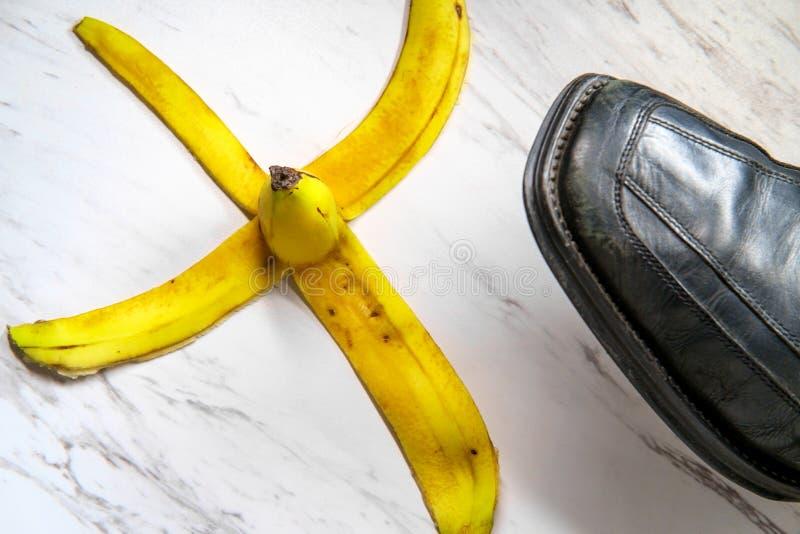 Cáscara del plátano que desliza el zapato fotos de archivo libres de regalías