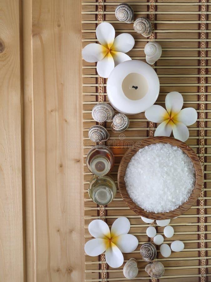 Cáscaras, aceites del masaje y flores del tiare fotografía de archivo libre de regalías