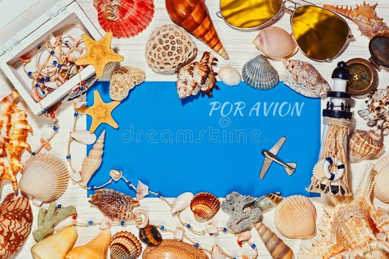Cáscaras azules del mensaje y del mar de los posts alrededor foto de archivo libre de regalías