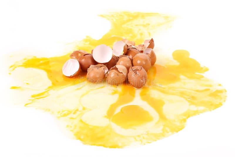 Cáscaras de huevo quebradas. fotos de archivo