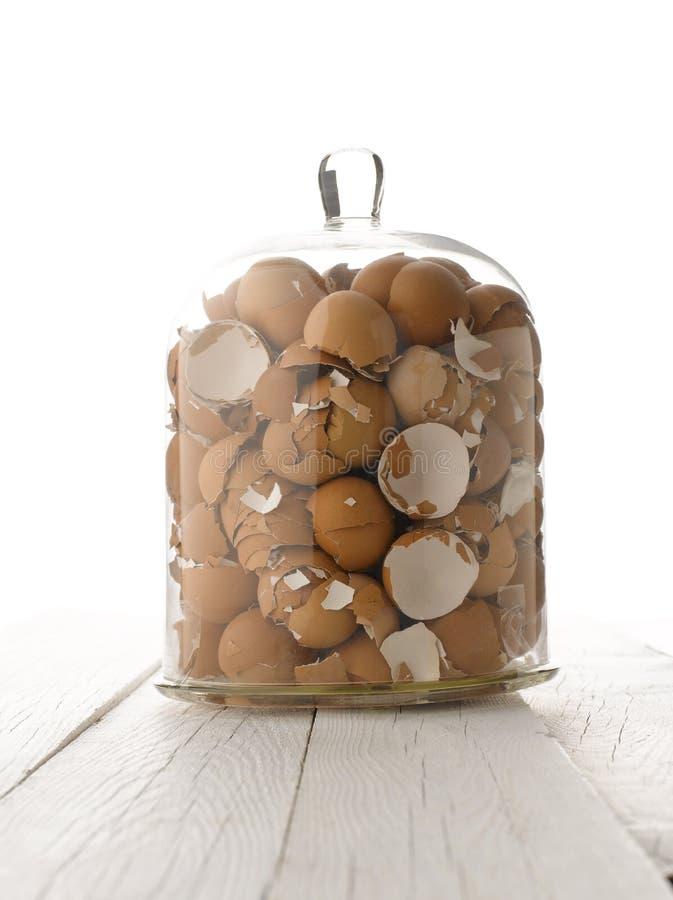 Cáscaras de huevo quebradas en bol de vidrio fotos de archivo libres de regalías