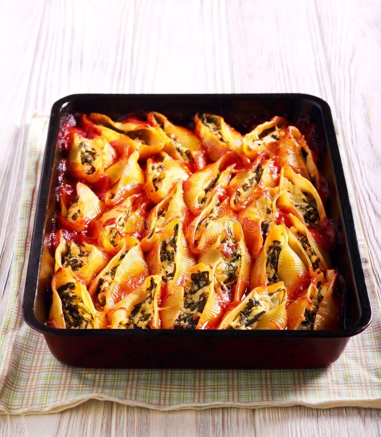 Cáscaras grandes rellenas de las pastas con espinaca y queso imágenes de archivo libres de regalías