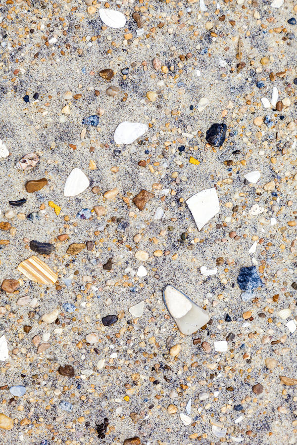 Cáscaras y piedras en la playa fotografía de archivo
