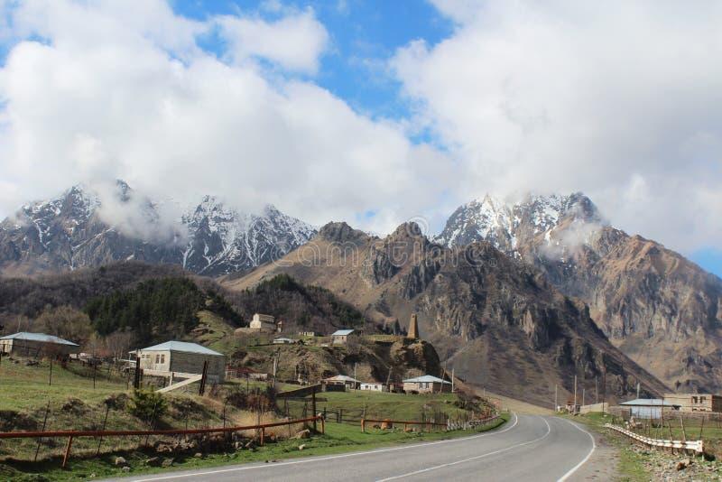 Cáucaso, Geórgia, paisagem, montanha, montanha Geórgia, estrada da montanha, aldeia da montanha, aul da montanha, estrada, montan foto de stock
