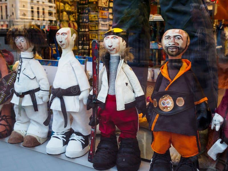 Cáucaso, Rosa Khutor Russia - 11 de setembro de 2017: As bonecas olham como o pugilista profissional americano Roy Jones e o pres imagens de stock royalty free